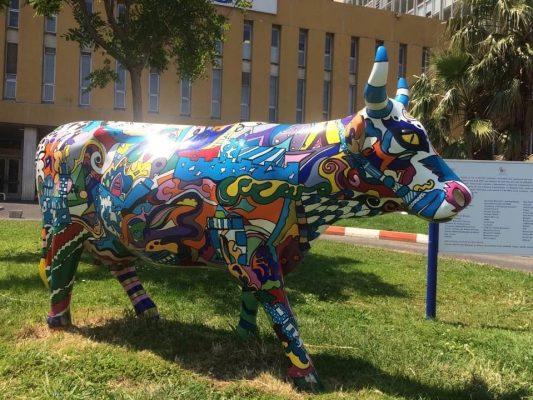 COW PARADE MARSEILLE Pendant plusieurs mois, une grande exposition urbaine de vaches a pris place dans la ville de Marseille. Cet opération organisée par Nicolas Leccia a soutenu l'association Pour le fil d'Ariane